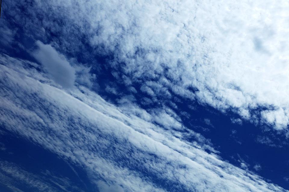 雲を消して行く飛行機雲(その3)