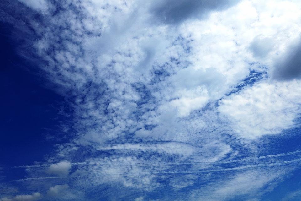 雲を消して行く飛行機雲と消して行かない飛行機雲