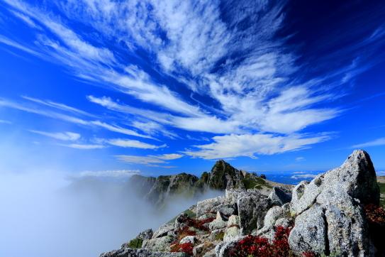 雲と紅葉彩る宝剣岳