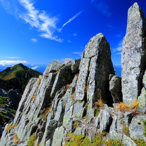 針峰と三ノ沢岳を彩る黄葉と雲