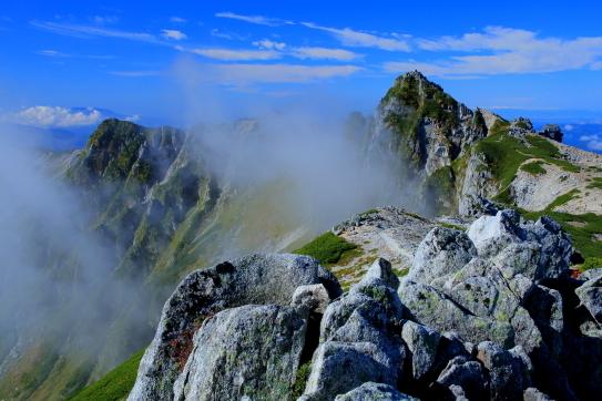 岩稜とガス湧く宝剣岳秋景