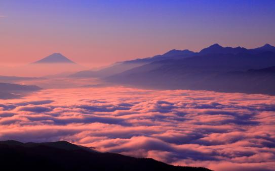 輝く新年の雲海に浮かぶ霊峰富士山