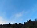 千切れ雲飛ぶ青空