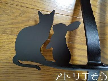 うさぎと猫の妻飾り 。アルミ製妻飾り。