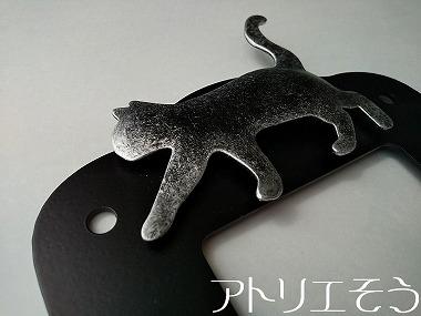 猫と四葉のクローバーのインターホンカバー 。錆に強いステンレス製のインターホンカバー。