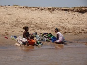 P2019919、川で洗濯
