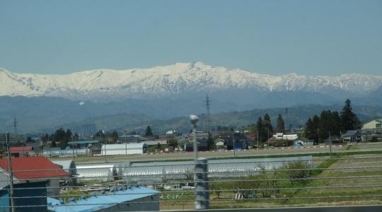 残雪残る東北の山々