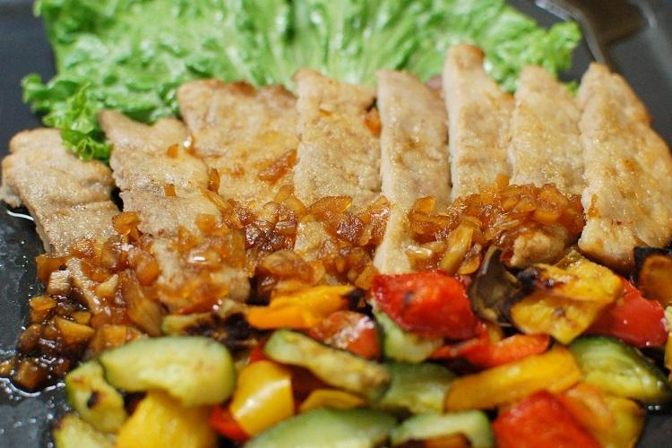 豚ヒレ肉と彩り野菜のフィナデニソース