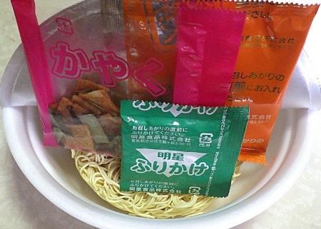 9/30発売 極のチャルメラ バリカタ麺 濃厚豚骨まぜそば(内容物)