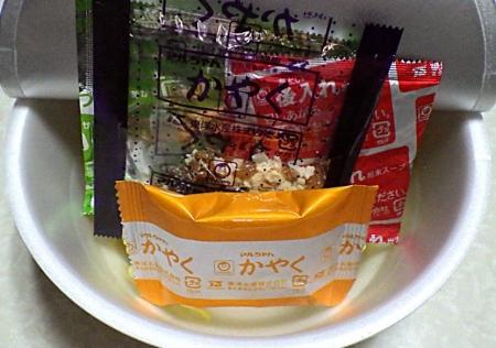 12/23発売 マルちゃん 正麺 カップ がっつり系豚骨醤油(内容物)