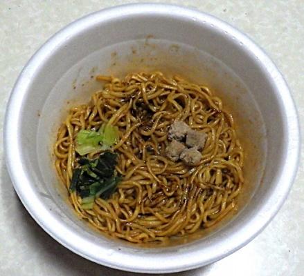 1/13発売 マルちゃん 正麺 カップ 汁なし黒マー油担々麺(できあがり)