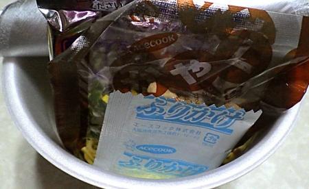 1/6発売 (コンビニ限定)超スーパーカップ1.5倍 胡麻香る味噌ワンタン麺(内容物)