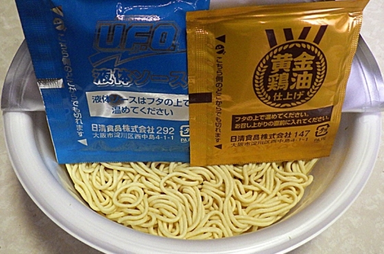 2/3発売 日清焼そば U.F.O. 黄金鶏油 鶏ネギ塩焼そば(内容物)