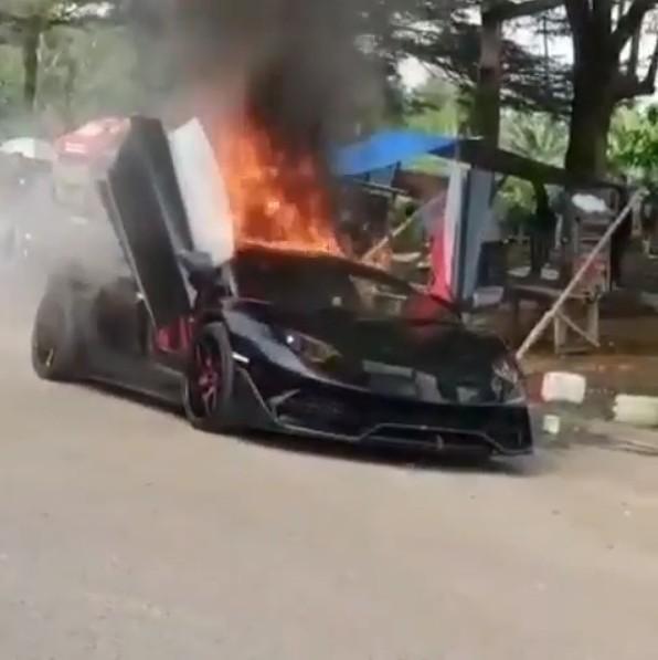 炎上アヴェンタドールSVJ