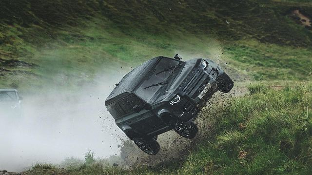Land-Rover-Defender-stunts-No-Time-To-Die-007 (3)