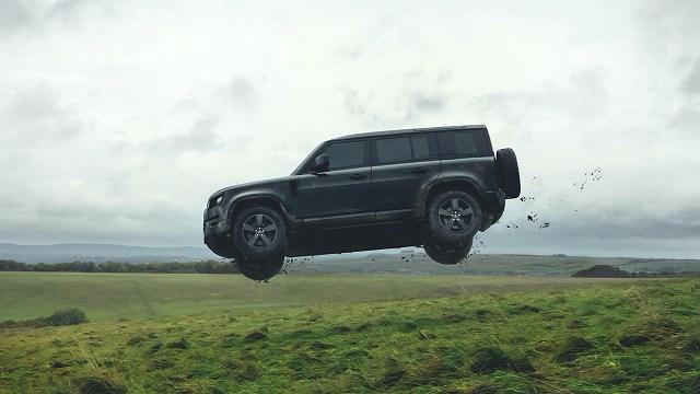 Land-Rover-Defender-stunts-No-Time-To-Die-007 (1)