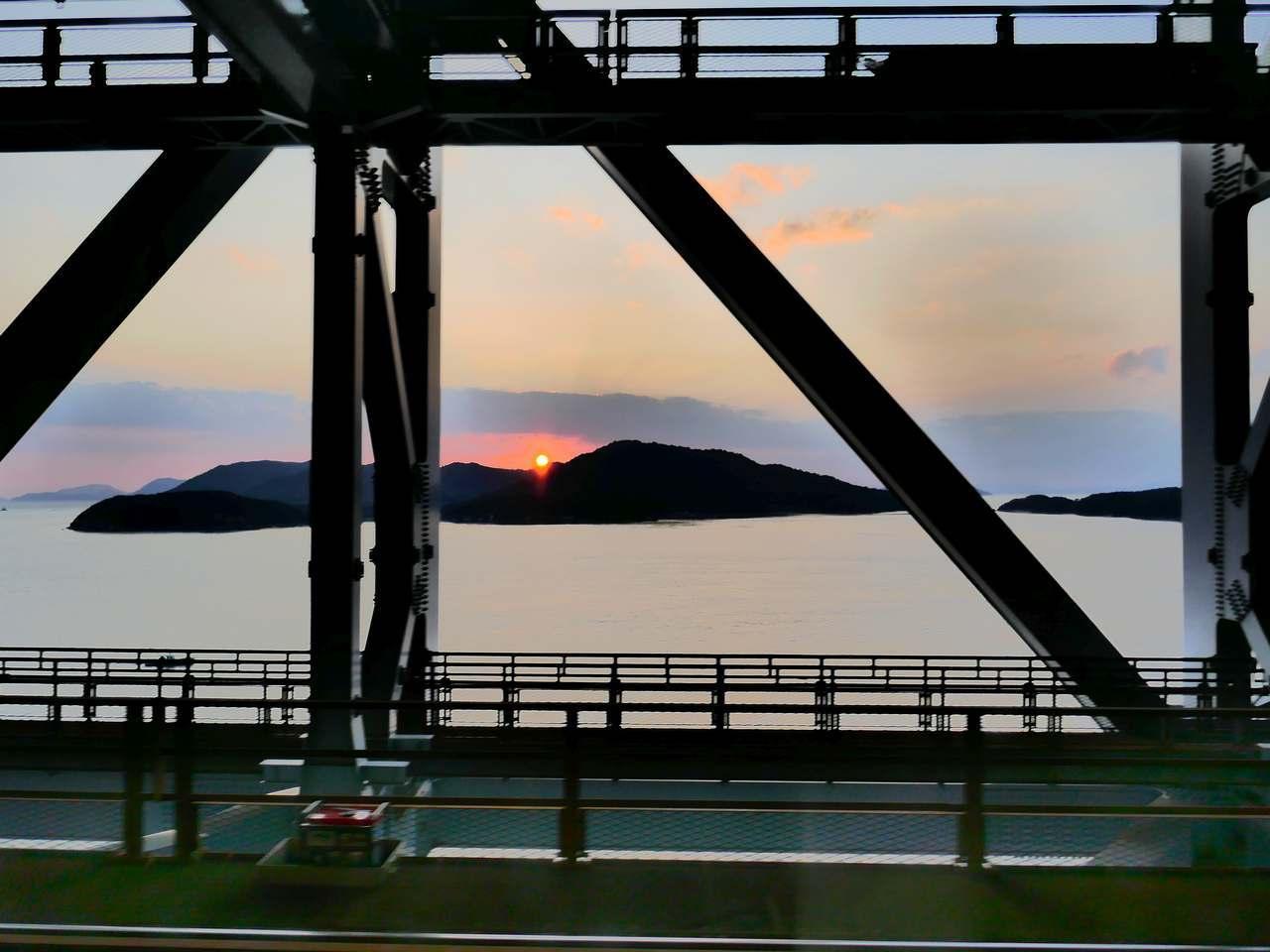 瀬戸大橋から見る夕陽
