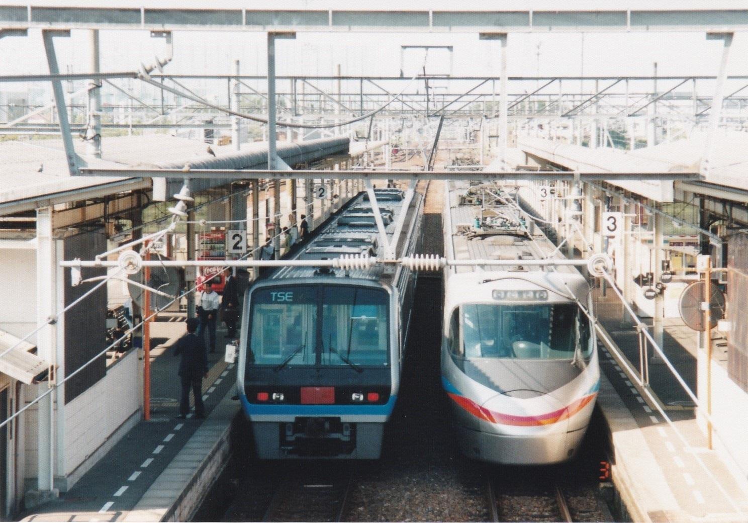 JR四国2000系(試作車両TSE) 上り特急&同8000系 下り特急松山方面ゆき