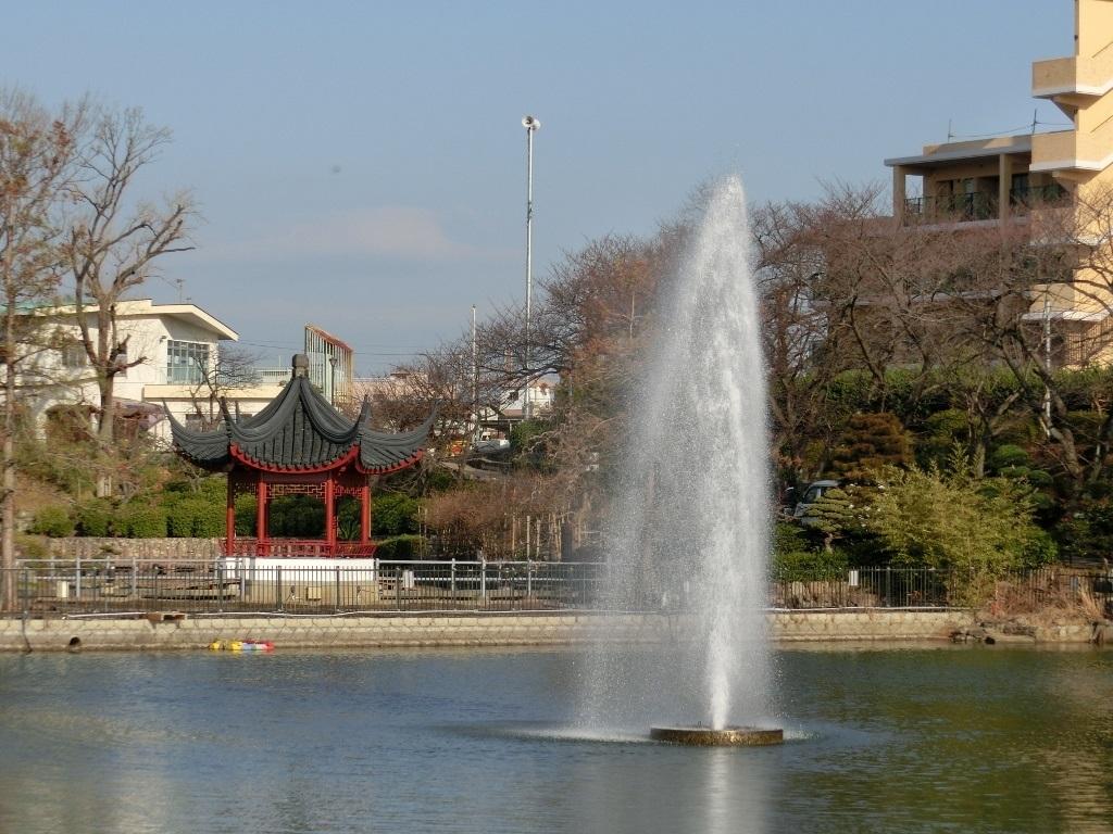 二尾池と噴水 (水月公園・大阪府池田市)