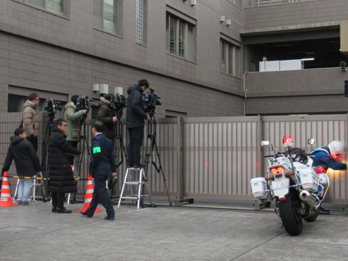 警察署にメディアがいっぱい