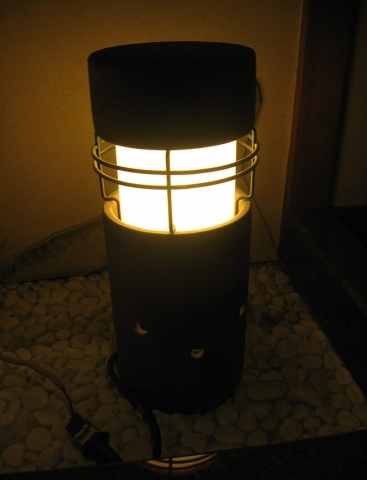 顔に見える常夜灯(山梨県富士河口湖町)