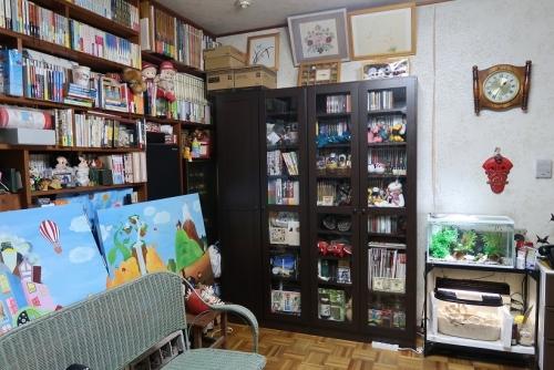 絵と本棚とベンチ