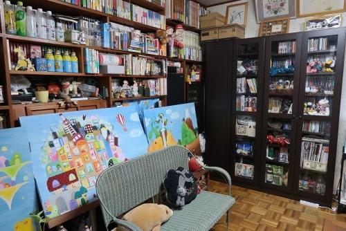 本棚と絵とベンチ