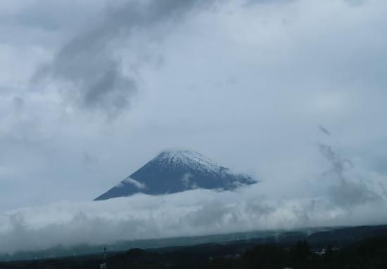 即位の礼の日に初冠雪した富士山