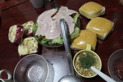 蒸しパンとハムサラダ