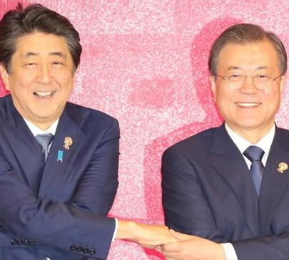 [韓国の反応]文大統領「安倍首相と対話開始になり得る意味ある接触」「安倍の前で犬のよう尻尾を振ってきたんだとさ」