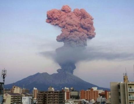 [韓国の反応]桜島が噴火し噴煙が火口上5500mに達する 5000mを超えるのは3年ぶり「こんな素敵な風景が見れるとは、なんて恵まれた人たちなのでしょうか!」