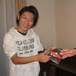 準優勝チームの賞品を受け取る伊藤永