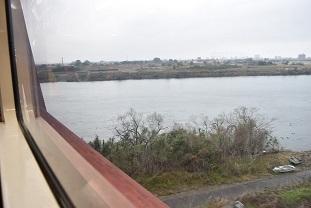 球磨川を渡る
