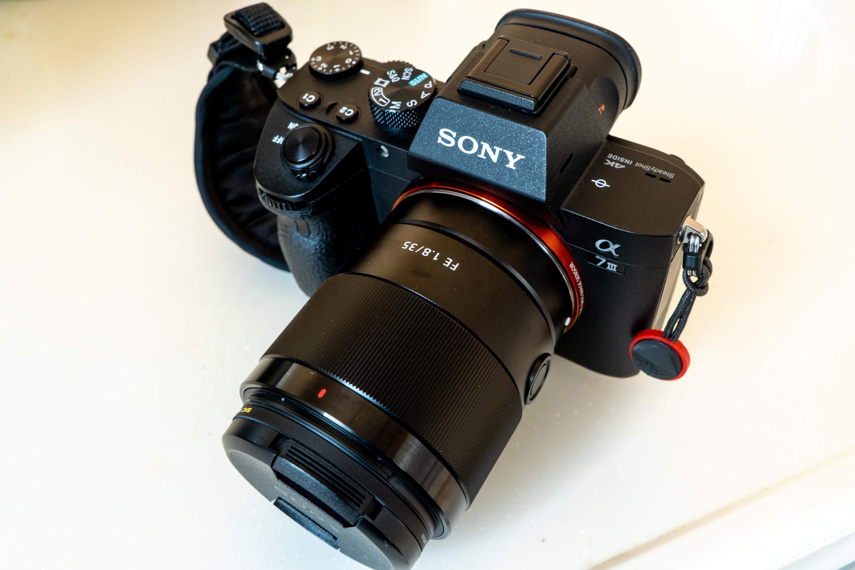 レンズは35mm f1.8です。