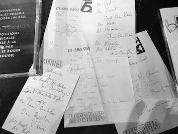 フレディの歌詞の紙