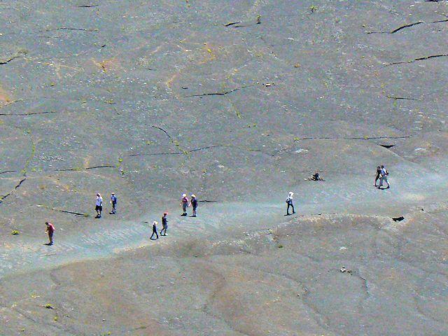 キラウエアトレイルを歩く人たち