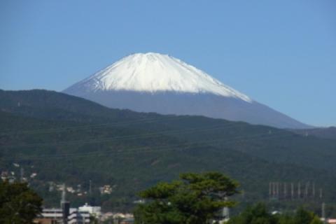 酒匂川から見た初冠雪の富士山