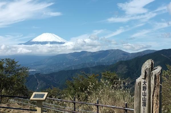 大野山山頂から見た初冠雪の富士山