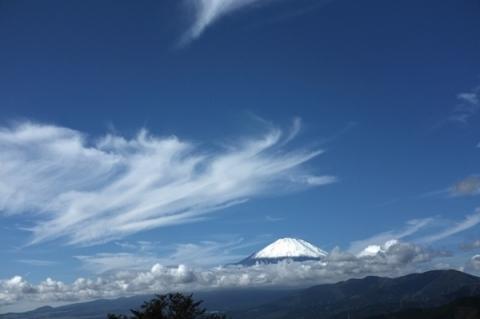 7合目迄雪に覆われた初冠雪の富士山