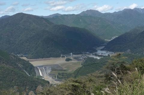 大野山から見下ろす満水の丹沢湖