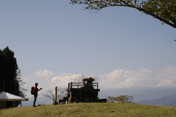 大野山山頂の祠に安全登山を祈願する人
