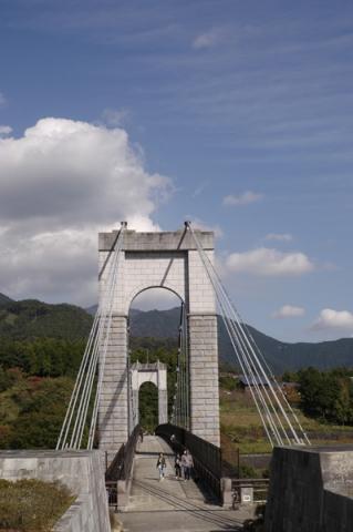 秋晴れの空を背景にした秦野戸川公園の風の吊り橋