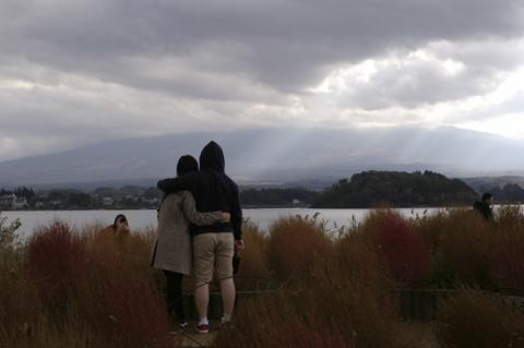 大石公園から見る雲に隠れた富士山