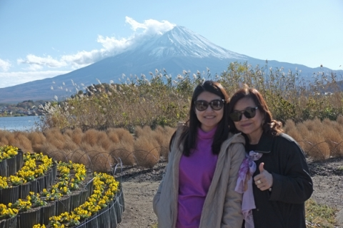 富士山を背景にしたタイ人観光客