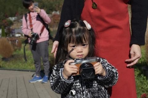 カメラを構えるタイ人の子供
