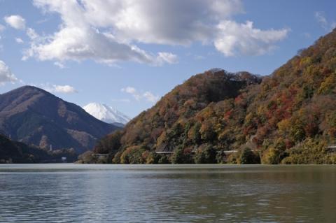 丹沢湖から望む真っ白になった富士山