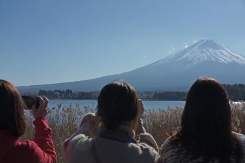 河口湖から望む冬の富士山