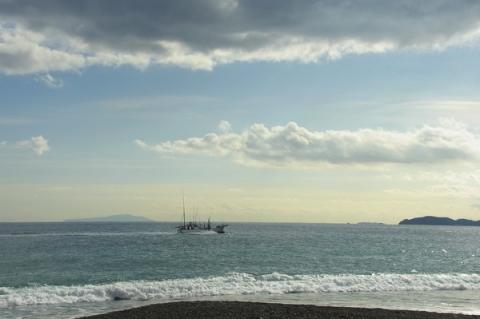 小田原御幸の浜海岸から大島と初島を望む