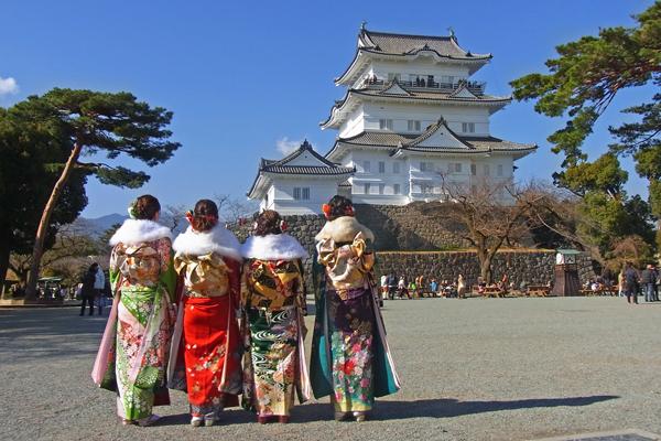 小田原城を見やる晴れ着姿の新成人