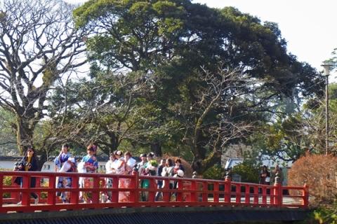 学橋を渡る晴れ着姿の新成人